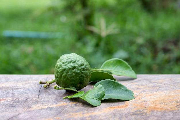 Frutta di bergamotto con foglia da giardino sul tavolo di legno