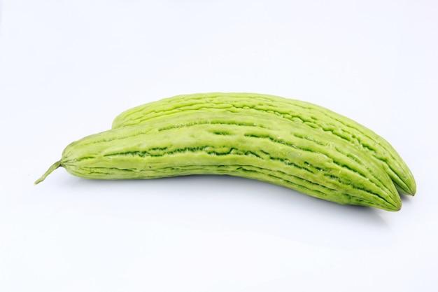 Frutta di charantia di momordica isolata su fondo bianco