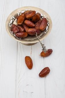 Frutta di date sulla piccola piastra sul tavolo
