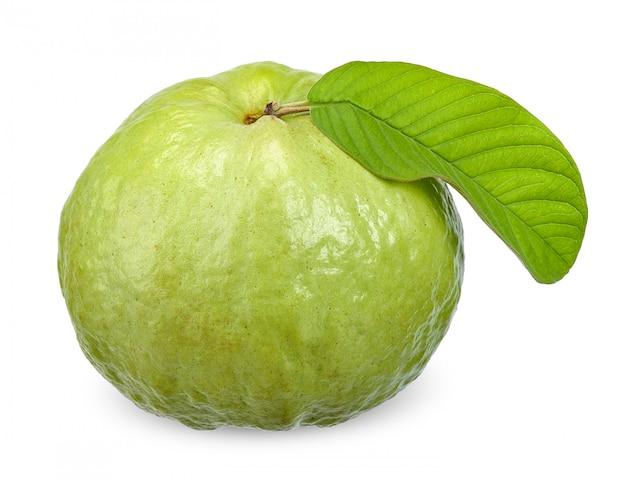 Frutta di guaiava isolata sul percorso di ritaglio bianco