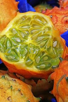 Frutta di kiwano affettata nella stalla all'aperto del mercato
