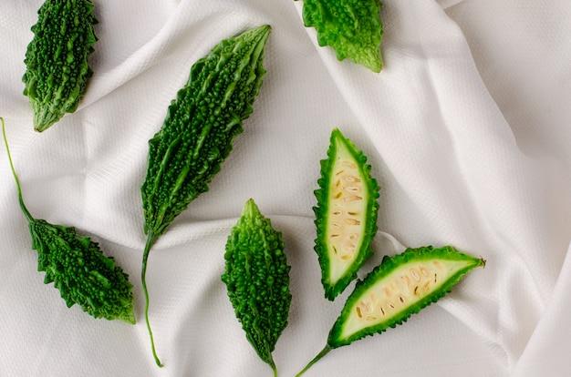 Frutta di momordica o mela di balsamo su fondo bianco con lo spazio della copia.
