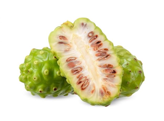 Frutta di noni isolata su bianco