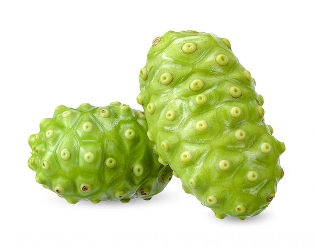 Frutta di noni isolata su fondo bianco