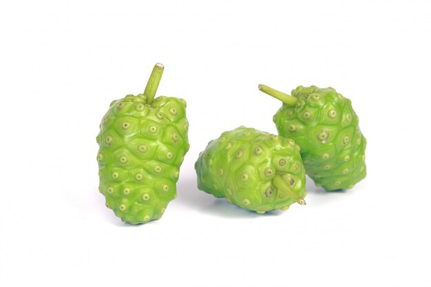 Frutta di noni o di morinda citrifolia isolata su bianco