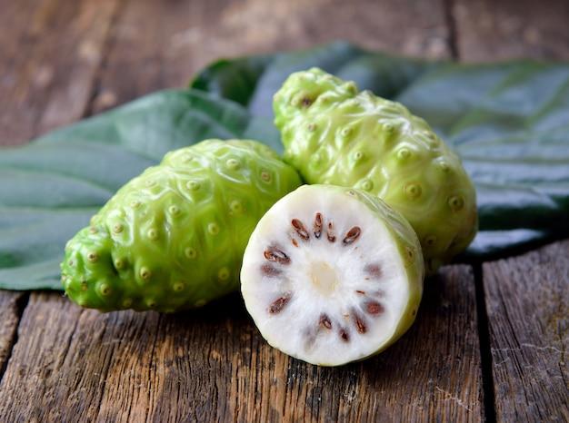 Frutta di noni su fondo di legno