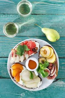 Frutta differente di bruschetta del vino degli spuntini di vista superiore della frutta dei panini