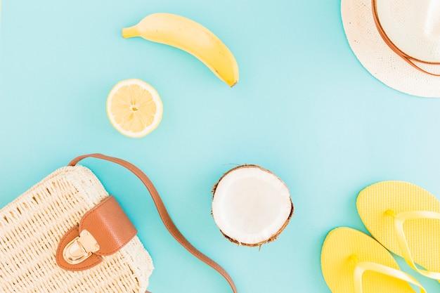 Frutta e accessori da spiaggia su sfondo chiaro
