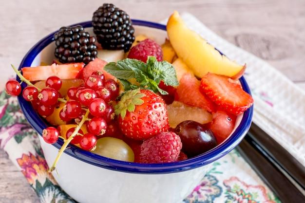 Frutta e bacche fresche e deliziose di estate in ciotola