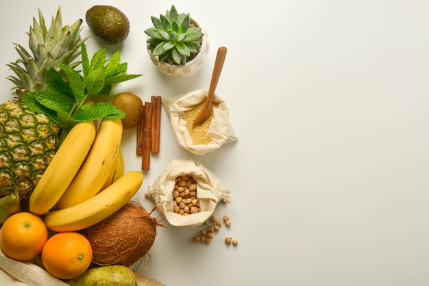 Frutta e cereali in sacchetti di tessuto