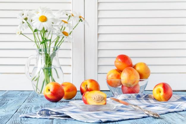 Frutta e fiori freschi in vaso