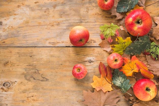 Frutta e fogliame su tavola di legno