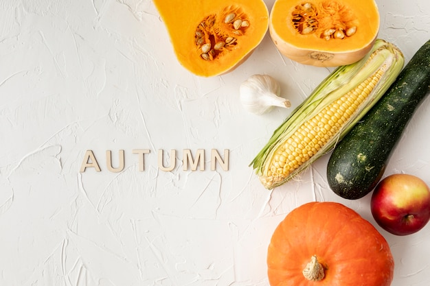 Frutta e verdura autunnali su sfondo bianco