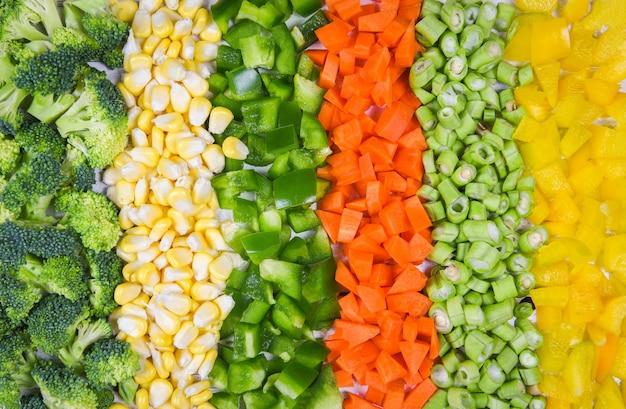 Frutta e verdura cibo sano per la vita, assortimento di frutta fresca assortita verdure gialle e verdi selezione mista vari broccoli peperoni carota fetta di mais e fagioli lunghi per la salute