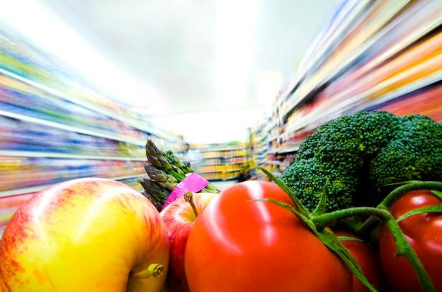 Frutta e verdura fresche in un supermercato.