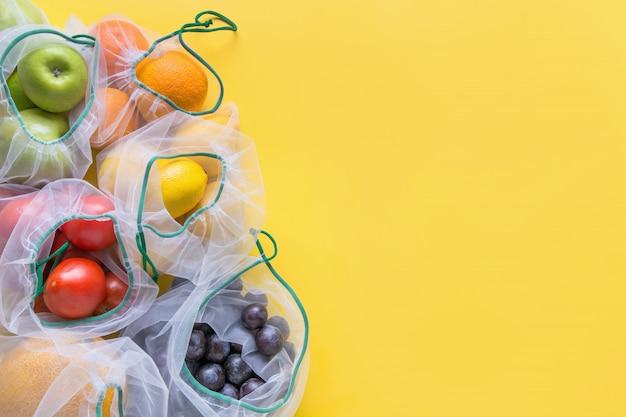 Frutta e verdura in sacchetti riutilizzabili.