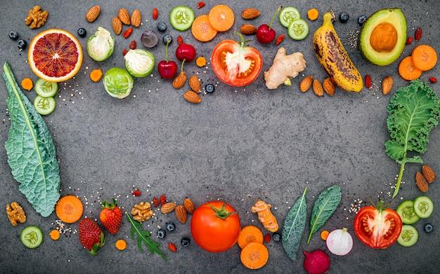 Frutta e verdura per frullati salutari su pietra scura
