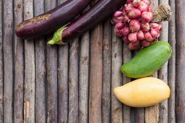 Frutta e verdura sul pavimento di legno