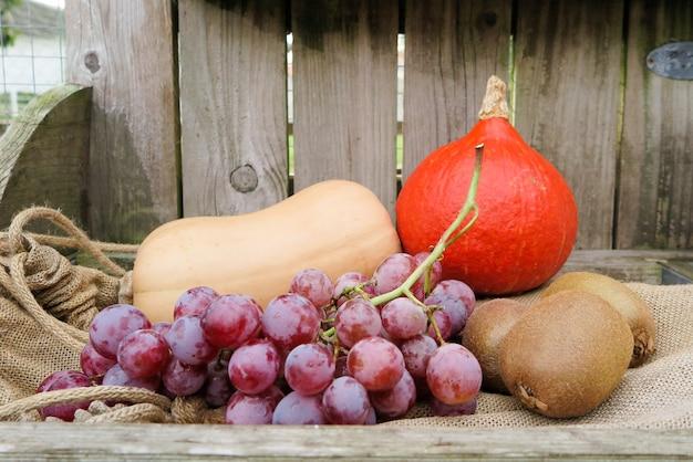 Frutta e verdure di autunno su di legno