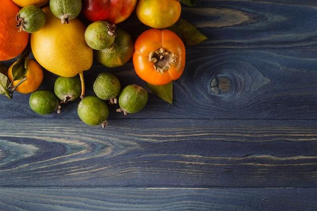 Frutta e verdure organiche fresche su fondo di legno