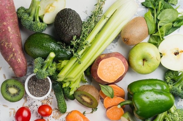 Frutta e verdure verdi su bianco