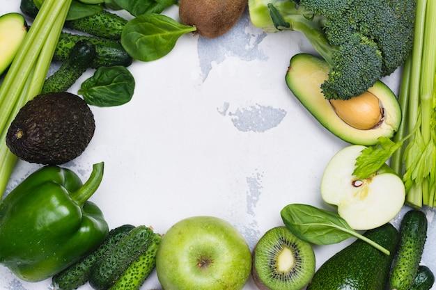 Frutta e verdure verdi su fondo bianco