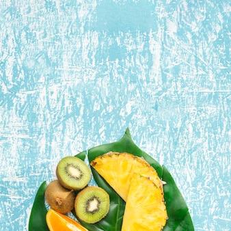Frutta esotica con sfondo spazio copia
