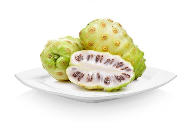 Frutta esotica, frutti di noni in zolla bianca su spazio bianco
