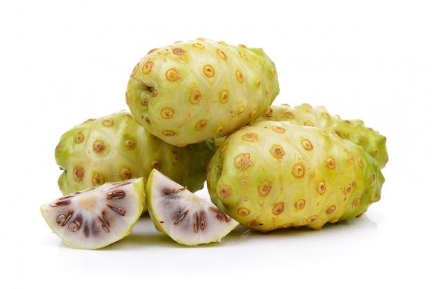 Frutta esotica, frutti di noni isolati