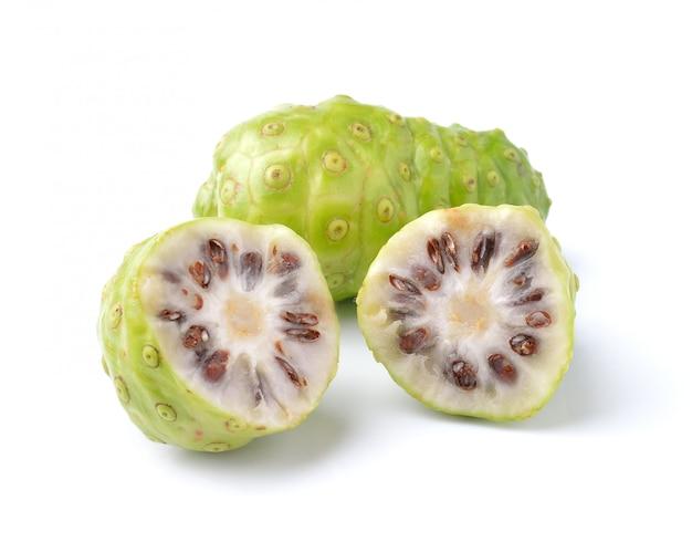 Frutta esotica - noni su spazio bianco