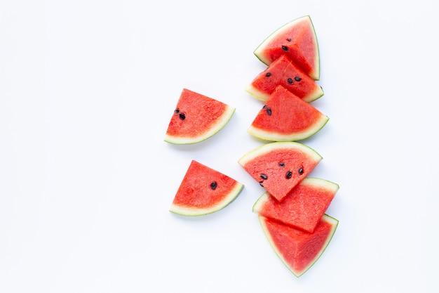Frutta estiva, fette di anguria rossa su bianco.