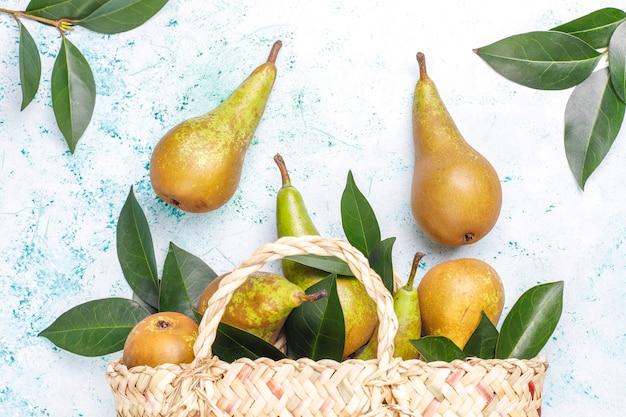 Frutta fresca biologica dell'azienda agricola, pere, mele cotogne, vista dall'alto