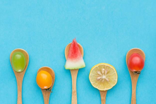 Frutta fresca creativa in un cucchiaio. vista dall'alto.