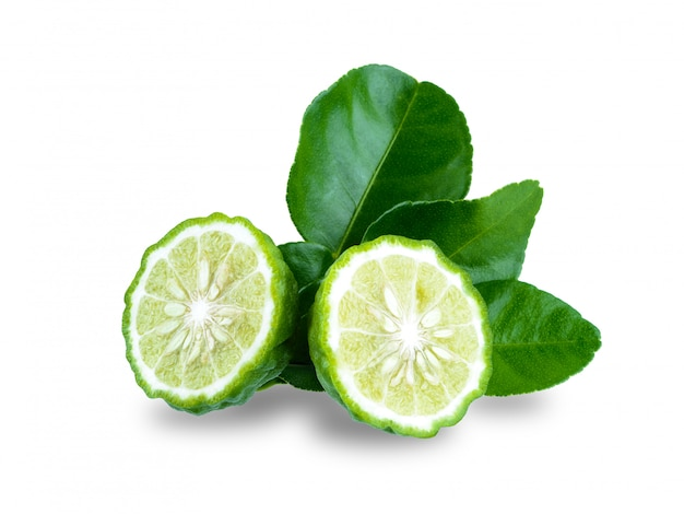 Frutta fresca del bergamotto con la foglia isolata su fondo bianco