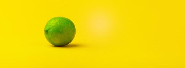 Frutta fresca della calce verde su colore giallo
