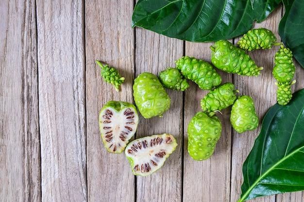 Frutta fresca di noni su un fondo di legno