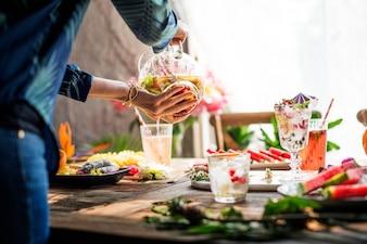 Frutta fresca e succosa e preparazione del cocktail