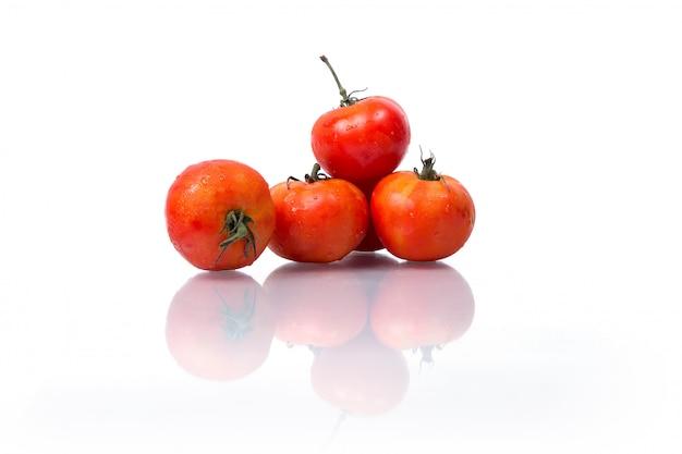 Frutta fresca e verdura isolato su sfondo bianco