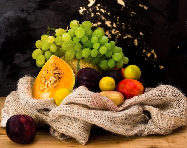 Frutta fresca estiva all'interno di iuta