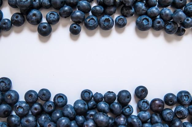 Frutta fresca mirtillo dolce e foglia di menta con spazio di copia. dessert alimenti sani. gruppo di bacche organiche succose blu maturo. per il sito web, design banner. isolato su sfondo bianco.