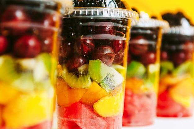Frutta in bicchieri di plastica
