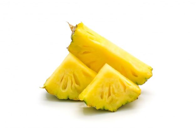 Frutta isolata dell'ananas su superficie bianca