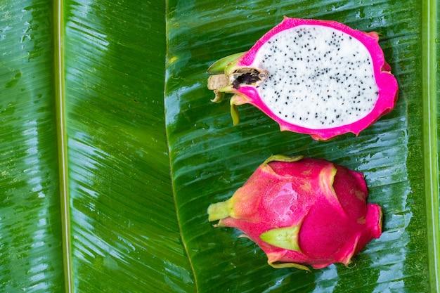 Frutta matura del drago su una foglia verde bagnata. vitamine, frutta, cibi sani