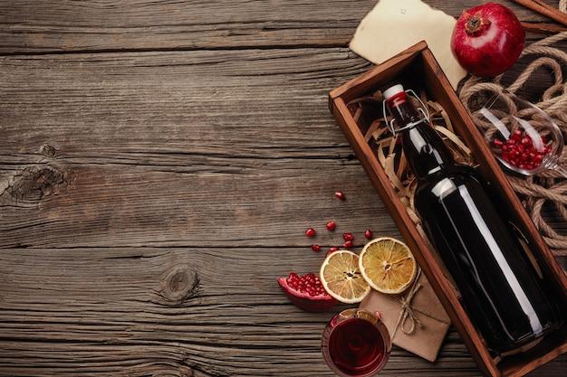 Frutta matura del melograno con un bicchiere di vino