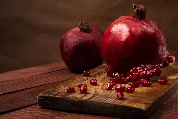 Frutta matura del melograno su fondo d'annata di legno