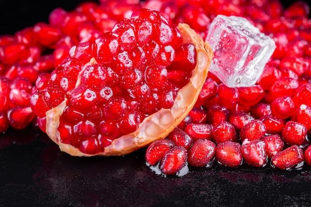 Frutta matura del melograno sul di legno