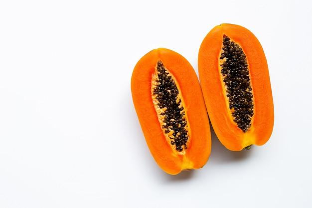 Frutta matura della papaia su bianco.