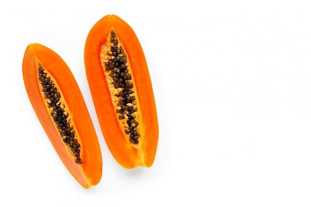 Frutta matura della papaia su fondo bianco.