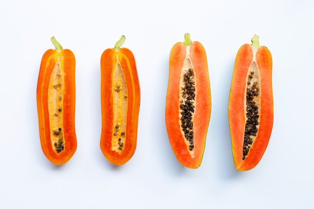Frutta papaia su bianco.