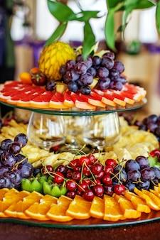 Frutta ripiena con arance, kiwi, uva, ciliegie e ananas